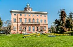 Vista della villa Ciani con la priorità alta variopinta dei tulipani nel parco pubblico della città di Lugano Fotografia Stock Libera da Diritti
