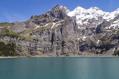 Vista delle alpi del lago e dello svizzero Oeschinensee su Bernese Oberland, Svizzera Fotografie Stock