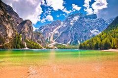 Vista delle alpi dell'acqua e delle dolomia del turchese di Lago di Braies Fotografia Stock