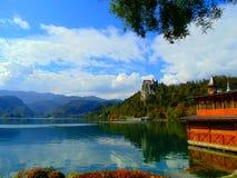 Vista delle alpi e del lago sanguinati Fotografie Stock