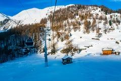 Vista delle alpi nevose con la cabina di funivia al villaggio di Zermatt Immagini Stock Libere da Diritti