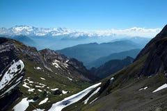 Vista delle alpi svizzere di estate dal supporto Pilatus Immagini Stock
