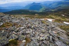 Vista delle alte montagne con le rocce sulla priorità alta Fotografia Stock