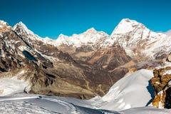 Vista delle alte montagne di luce del giorno con neve profonda su priorità alta Fotografia Stock Libera da Diritti