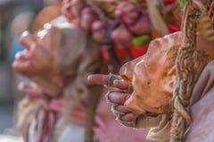 Vista delle bambole dell'agricoltore, manipolata con la gente dentro, portando grande canestro tradizionale, al mercato medievale fotografia stock libera da diritti