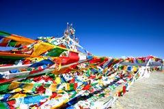 Vista delle bandierine di preghiera nel Tibet Fotografia Stock