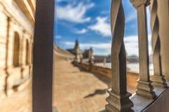 Vista delle barre di metallo di un'inferriata di un terrazzo nella plaza de España in Siviglia immagini stock