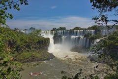 Vista delle cascate di Iguazu e delle barche con i turisti Fotografia Stock