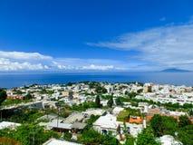 Vista delle case in Anacapri ed in oceano Mediterraneo sull'isola di Capri Fotografia Stock Libera da Diritti