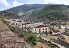 Vista delle case con mattoni a vista nel villaggio tibetano immagine stock libera da diritti