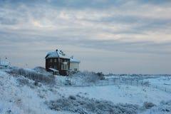 Vista delle case coperte di neve vicino alle dune, Netherl Fotografia Stock
