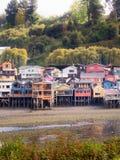 Vista delle case di palafitos nella città di Castro nell'isola di Chiloe, dettaglio del colore e costruzione, Patagonia cilena immagini stock