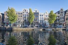 Vista delle case mercantili di Amsterdamse sul canale immagini stock