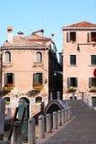 Vista delle case sul canale a Venezia Fotografia Stock