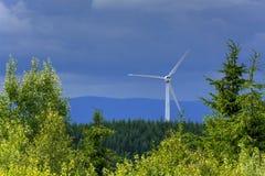Vista delle centrali eoliche nelle montagne Immagini Stock