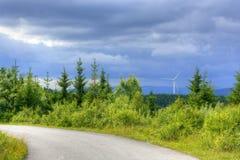 Vista delle centrali eoliche nelle montagne Immagine Stock