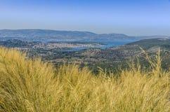 Vista delle città del kefalonia di Lixouri e di Argostoli fotografia stock libera da diritti