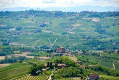 Vista delle colline di Langhe con il castello di Grinzane Cavour Fotografia Stock