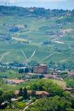 Vista delle colline di Langhe con il castello di Grinzane Cavour Fotografie Stock Libere da Diritti