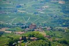 Vista delle colline di Langhe con il castello di Grinzane Cavour Immagini Stock