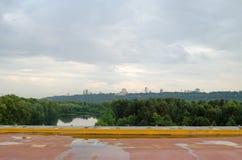 Vista delle colline verdi con le costruzioni Inverdica la città fotografia stock