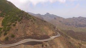 Vista delle colline verdi e di una strada della montagna di bobina archivi video