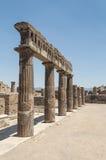 Vista delle colonne antiche in rovine di Pompei Fotografia Stock