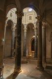 Vista delle colonne e della luce che vengono da sopra alla cattedrale del Aix a Aix-en-Provence Fotografia Stock Libera da Diritti