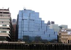 Vista delle costruzioni dal fiume Thamesis a Londra Regno Unito un giorno nuvoloso Immagini Stock