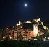 Vista delle costruzioni del ` s di Portovenere alla notte con la luna con la torre, cattedrale, cattedrale illuminata con luce ar Immagine Stock Libera da Diritti