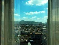Vista delle costruzioni dell'orizzonte della città dall'alta finestra di aumento - bella Immagini Stock