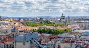 Vista delle costruzioni della città un giorno soleggiato Madrid, Spagna fotografia stock libera da diritti