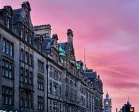 Vista delle costruzioni della via e della torre di orologio nel centro urbano, miglio reale, Edimburgo, Scozia fotografie stock