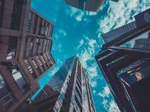 Vista delle costruzioni e del cielo del grattacielo Immagini Stock