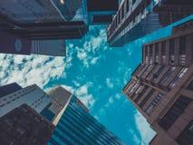 Vista delle costruzioni e del cielo del grattacielo Fotografia Stock Libera da Diritti