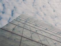 Vista delle costruzioni e del cielo del grattacielo Fotografie Stock