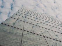 Vista delle costruzioni e del cielo del grattacielo Immagini Stock Libere da Diritti