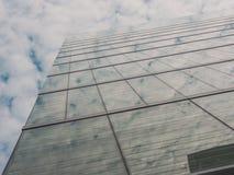 Vista delle costruzioni e del cielo del grattacielo Immagine Stock Libera da Diritti