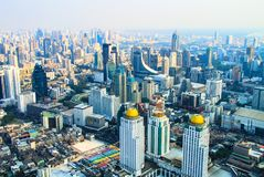 Vista delle costruzioni, delle vie e dei grattacieli della città di Bangkok da un'altezza in Tailandia immagini stock