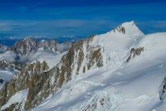 Vista delle crepe della montagna della neve in alpi Immagini Stock