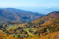 Vista delle foglie di autunno del pascolo di Shiga Kogen immagini stock