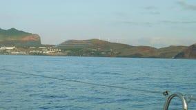 Vista delle fonti di energia alterne sull'isola del Madera Vista dal bordo dell'yacht video d archivio