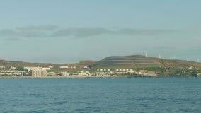 Vista delle fonti di energia alterne sull'isola del Madera Vista dal bordo dell'yacht stock footage
