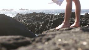 Vista delle gambe che camminano nel colpo verso insenatura stock footage