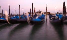 Vista delle gondole veneziane durante il tramonto Fotografie Stock Libere da Diritti