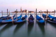Vista delle gondole veneziane durante il tramonto Fotografia Stock Libera da Diritti