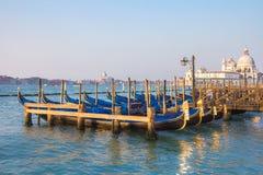 Vista delle gondole veneziane durante l'alba Fotografia Stock Libera da Diritti