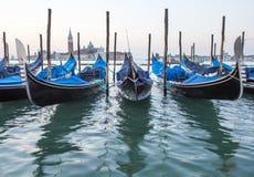 Vista delle gondole veneziane durante l'alba Fotografia Stock