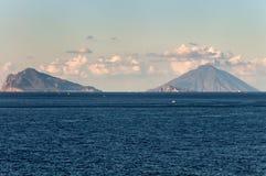 Vista delle isole di Stromboli e di Panarea fotografia stock libera da diritti