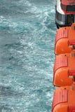 Vista delle lance di salvataggio di sicurezza contro lo sfondo della fine del mare su Fotografia Stock